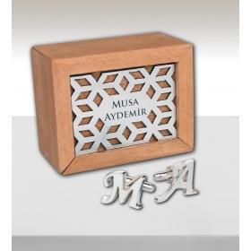 eJOYA Kişiye Özel Ahşap Kutuda Harfler Kol Düğmesi 82714